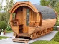 Wolff Finnhaus Saunafass Svenja 2 Premium montiert mit schwarzen Dachschindeln